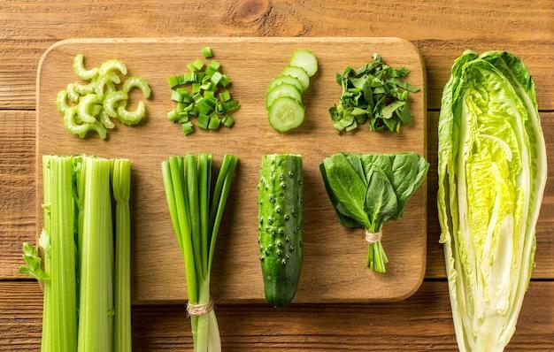Gemüse für vitaminsalat auf einem schneidebrett. konzept. draufsicht.