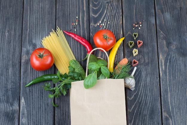 Gemüse, gewürze, nudeln fliegen aus einer papiertüte