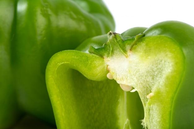 Gemüse grüner paprika auf weißem hintergrund