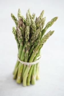 Gemüse. grüner spargel auf dem tisch