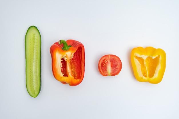 Gemüse im abschnitt auf weißem hintergrund