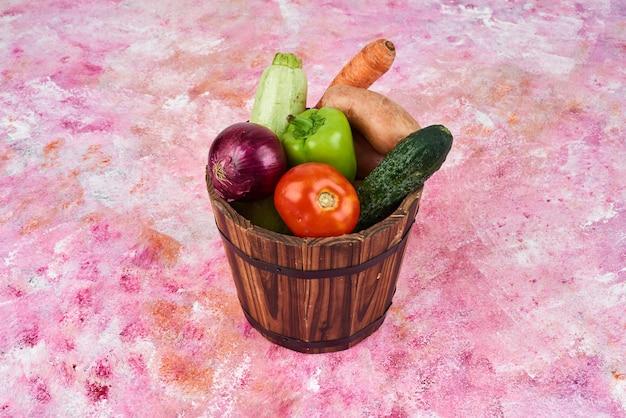 Gemüse im holzeimer.