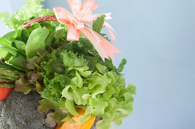 Gemüse im korb, gesundes neues jahr des weihnachtsgeschenksatzes.