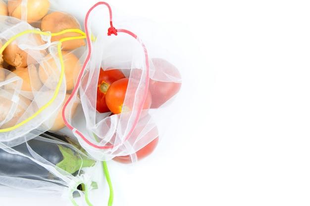 Gemüse im lebensmittelgeschäft mech auf weiß