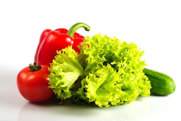 Gemüse in der küche für salat, lokalisiert auf weiß