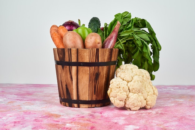 Gemüse in einem holzeimer.