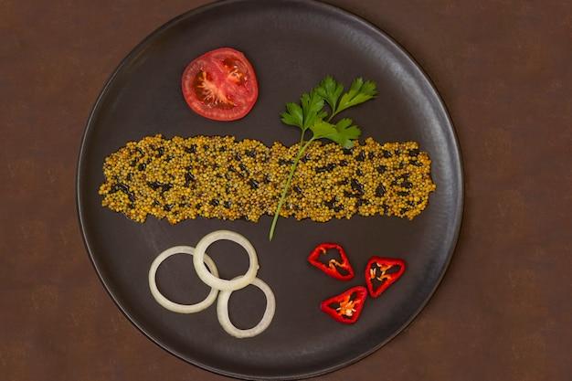 Gemüse in einem schwarzen teller. kalorienarmes diätkonzept