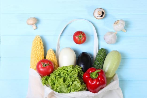 Gemüse in einer öko-tasche draufsicht