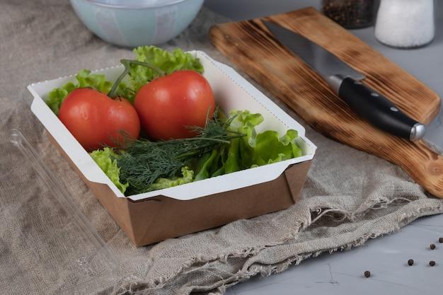 Gemüse in einer papierschachtel verpackt