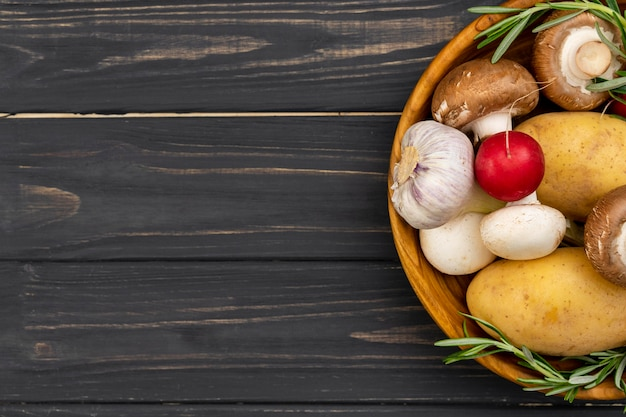 Gemüse in schüssel mit ablagefläche