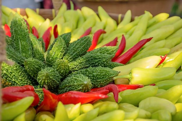 Gemüse in thailand, bitterkürbis und paprikas.