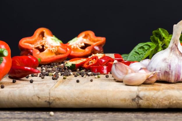 Gemüse liegt auf dem alten tisch