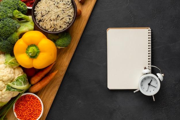 Gemüse mit draufsicht des notizbuches und der glocke
