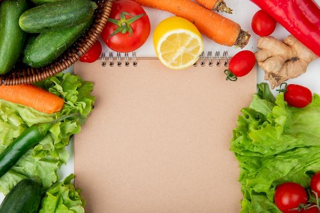 Gemüse mit leerem notizbuch