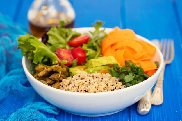 Gemüse mit quinoa in weißer schüssel