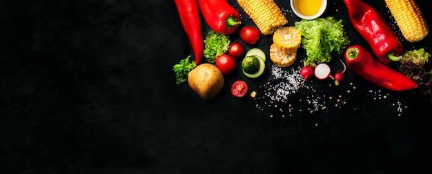 Gemüse mit salz und einem maiskolben