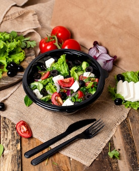 Gemüse-roka-salat mit feta-weißkäse, grünem salat, tomaten und oliven.