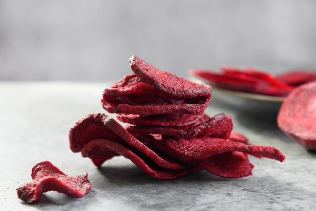 Gemüse-rote-bete-chips auf grauem hintergrund