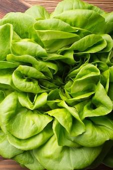 Gemüse, salate, rote beete, spinat. auf einem hölzernen hintergrund.