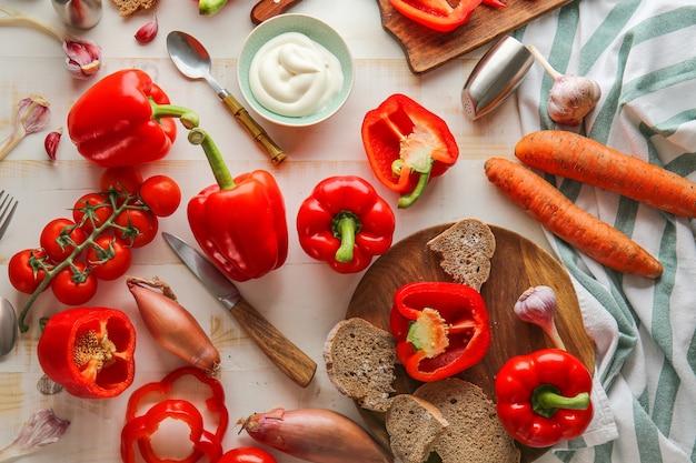 Gemüse, sauerrahm und brot auf dem tisch