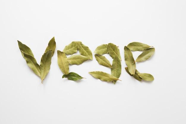 Gemüse-schriftzug aus lorbeerblättern