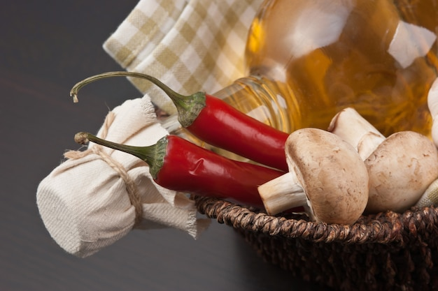 Gemüse und ein korb mit einer flasche essig