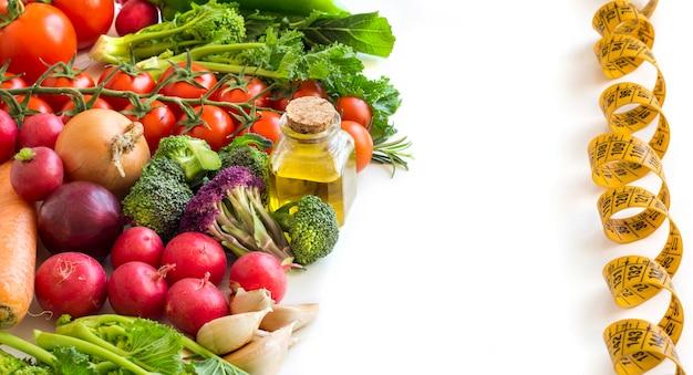 Gemüse und eine flasche olivenöl
