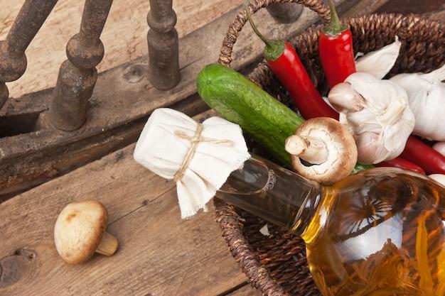 Gemüse und eine flasche speiseöl in einem korb