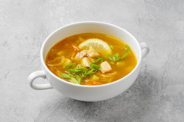 Gemüse- und fischsuppe mit frischen frühlingszwiebeln