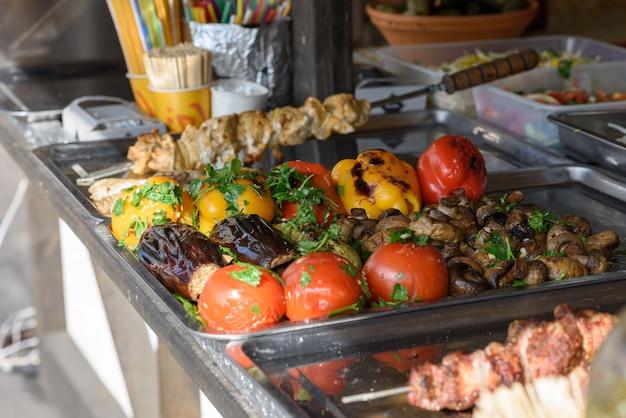 Gemüse und fleisch gegrillt