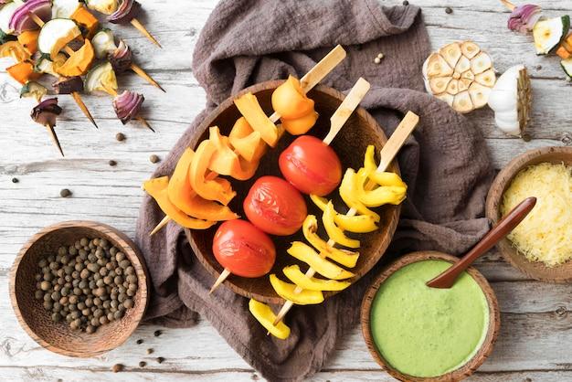 Gemüse- und fleischspieße und saucen