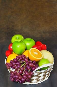 Gemüse und früchte im weidenkorb