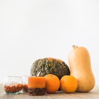 Gemüse und früchte in der nähe von kerzen