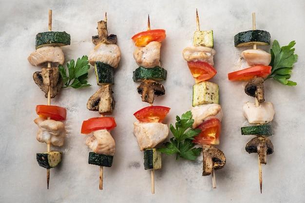 Gemüse und hühnerspieße