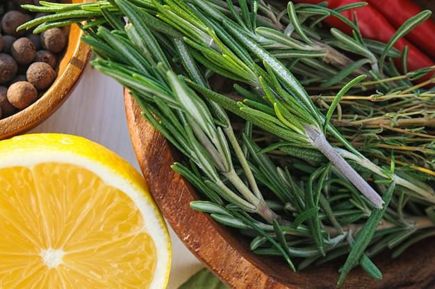 Gemüse und kräuter als zutaten für hühnerteller rezept