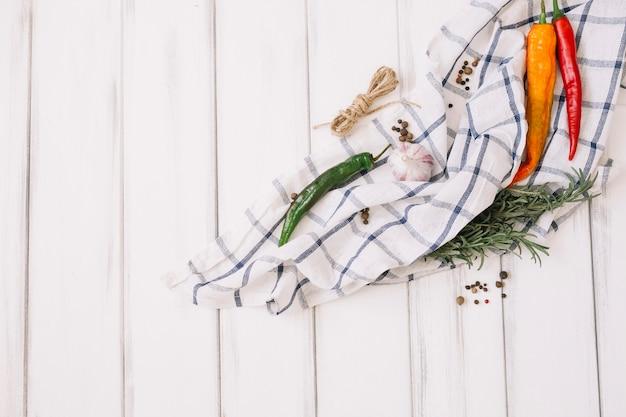 Gemüse und kräuter auf einem handtuch anordnen