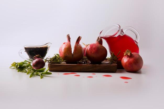Gemüse und kräuter mit tomatensauce