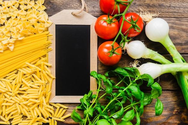 Gemüse und kräuter nahe tafel und teigwaren