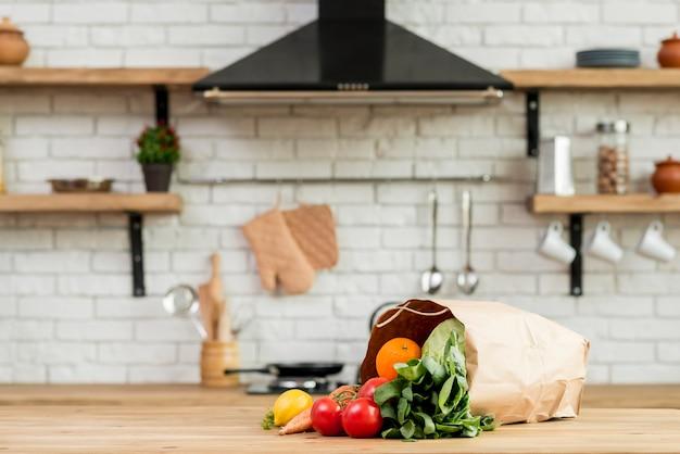 Gemüse und obst auf der theke