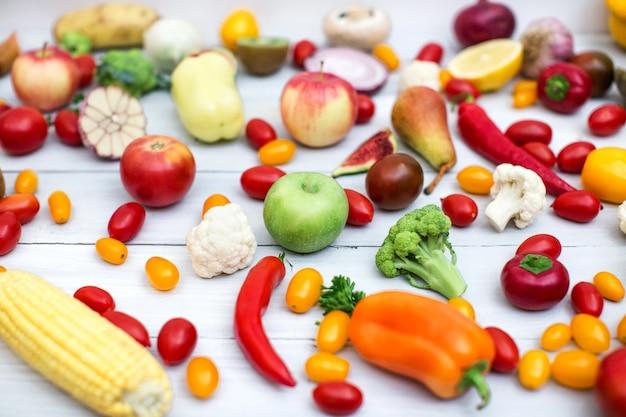 Gemüse und obst auf einem weißen holztisch