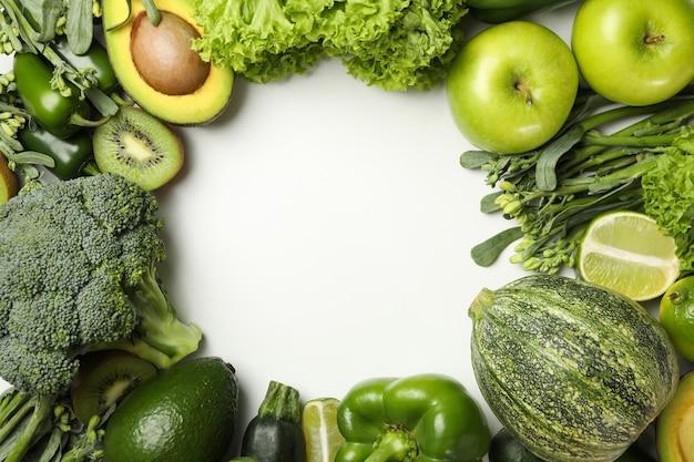 Gemüse und obst auf weiß, platz für text