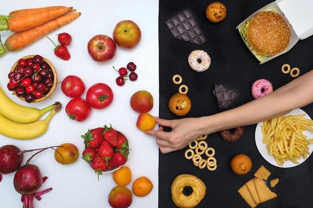 Gemüse und obst gegen junk food