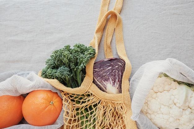 Gemüse und obst in mehrwegbeutel, eco living und null-abfall-konzept