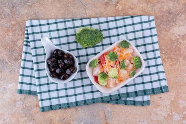 Gemüse- und obstsalat mit schwarzen oliven