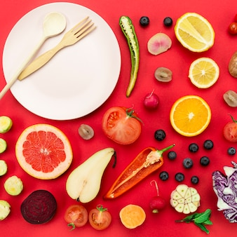 Gemüse- und obstscheiben mit teller