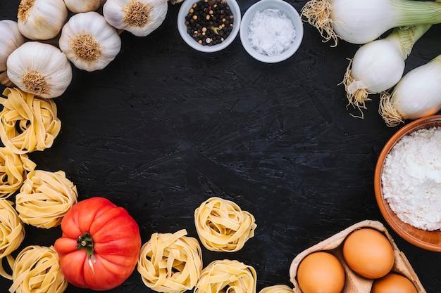 Gemüse und pasta zutaten in der nähe von tagliatelle