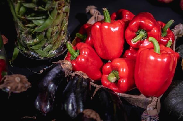 Gemüse und vegetarisches diätkonzept. rote paprika mit süßem geschmack.