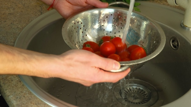 Gemüse unter wasserhahn waschen. selektiver fokus.natur.