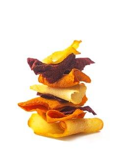 Gemüse-veggie-chips aus kartoffeln, rüben und karotten im stapel auf weißem hintergrund gestapelt