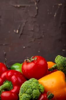 Gemüse wie tomaten, brokkoli und paprika